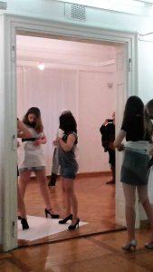 Performance im Rahmen der Ausstellungseröffnung CUTS